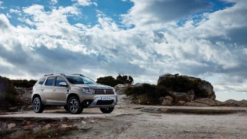 Dacia Duster 2018 отличается наличием новых кузовных панелей, бамперов, а также фальшрадиаторной решетки.
