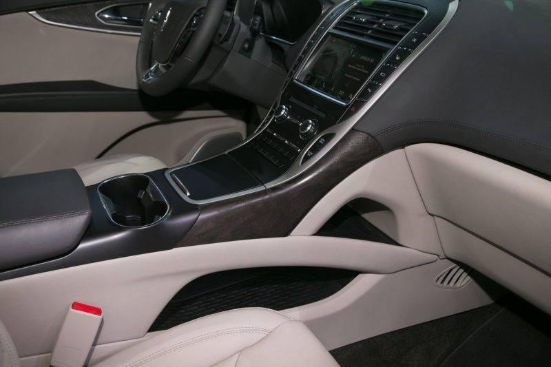 Одной из самых удобных опций, позволяющих водителю осуществлять управление транспортным средством, является кнопочный блок для переключения трансмиссии.