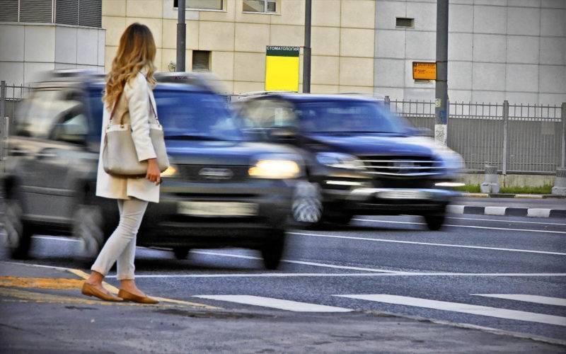 Если раньше у водителей трамваев не было обязанности пропускать пешеходов, то из-за внесенных в ПДД изменений, теперь это им делать необходимо.