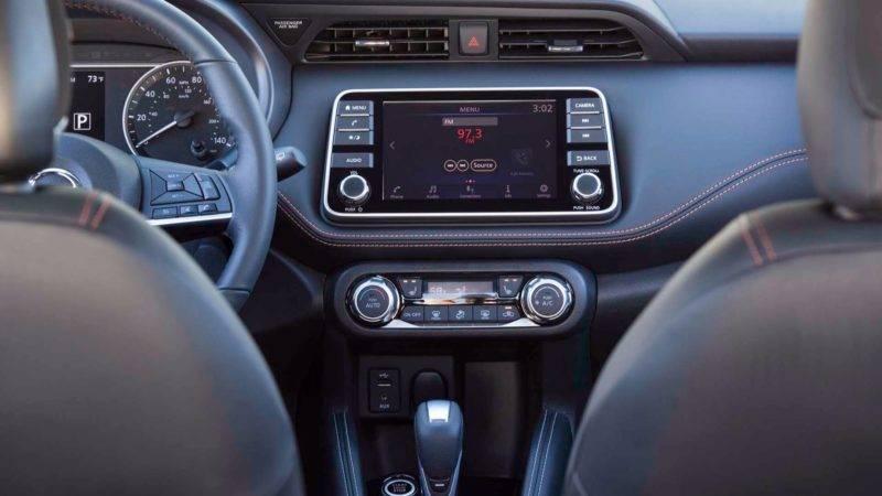 В машине установлена мультимедиа система с сенсорным дисплеем на 7 дюймов, есть поддержка полного обзора.