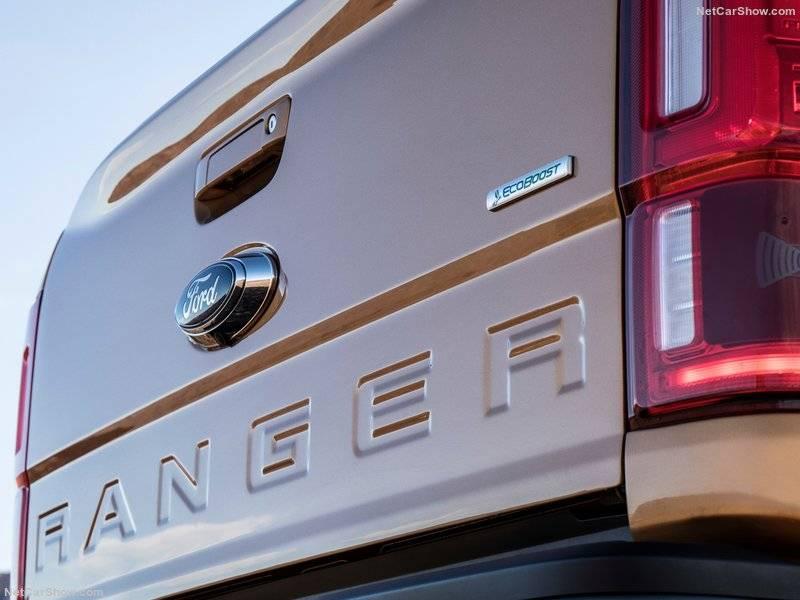 Дверь кузова украшена как фирменным логотипом, так и крупной надписью Ranger в духе последних лет.