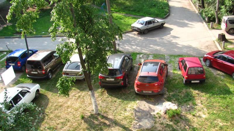 Автомобиль, припаркованный на газоне, независимо от того, на территории какого региона находится, причиняет одинаковый ущерб экологической обстановке и облику города.