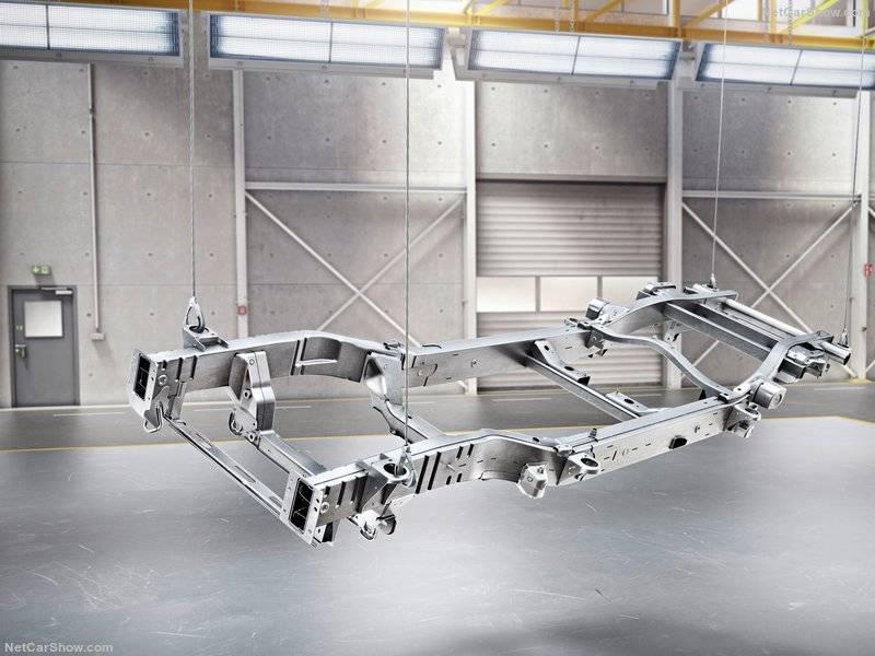 Mercedes Benz G-classes нового поколения строится на стальной раме хребтового типа.