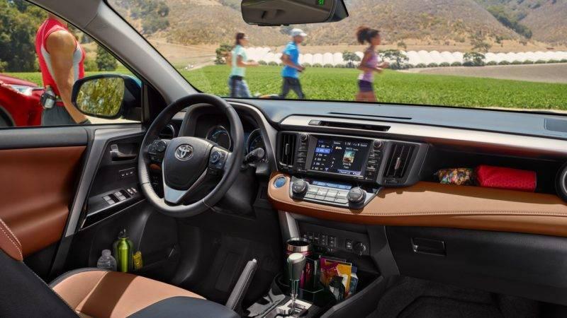Салон, а также рулевое колесо отделаны имитацией кожи серого или черного цвета, есть коричневый и ореховый вариант.