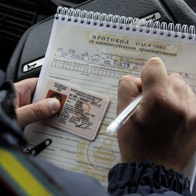 За вождение транспортным средством без прав или с просроченным водительским удостоверением предусмотрен денежный штраф.