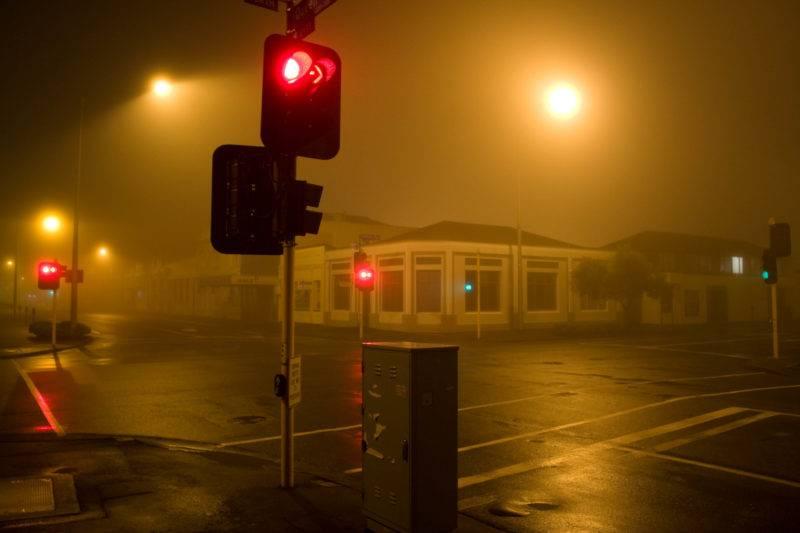 Какой бы пустынной ни казалась дорога, на красный сигнал светофора следует останавливаться в любом случае.