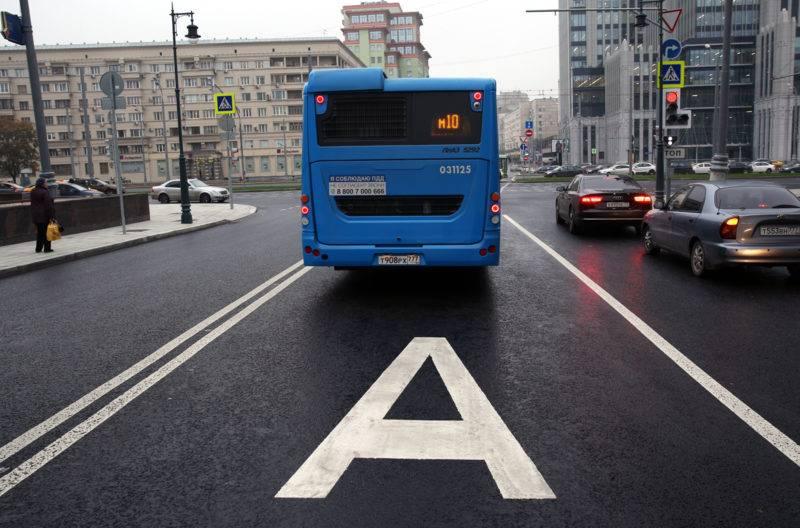 Как и любое другое правило, предписание о запрете выезда автомобилей на автобусную полосу имеет ряд исключений.