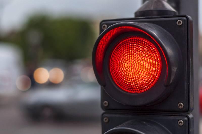 Строгость наказание за проезд на красный и другие запрещающие сигналы светофора зависит от того, первичное это нарушение или повторное.