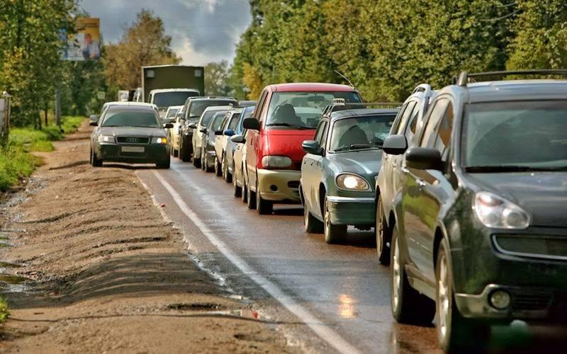 В пункте 1.2 ПДД Российской Федерации обочина - это крайняя часть дороги, которая отличается от проезжей части типом покрытия, либо выделена разметкой (пункт 1.2.1 и 1.2.2).