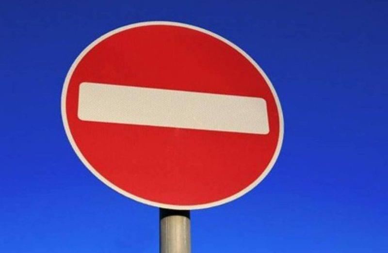 В ПДД РФ знак обозначается пунктом 3.1 и означает, что любое дальнейшее движение категорически запрещено. Исключения для обычного водителя не предусматриваются.