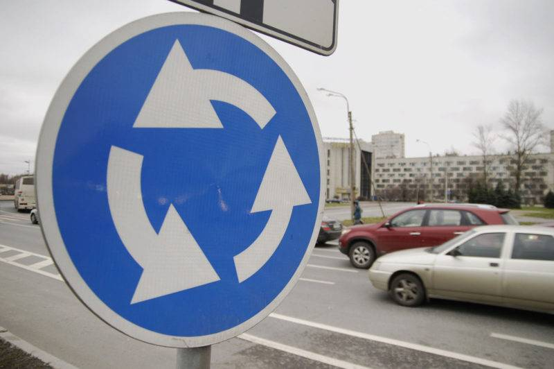 Если знаков приоритета не установлено, то, согласно поправкам конца 2017 года, водители на круге получают преимущество.