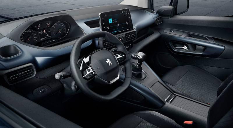 Решение выполнено в современном стиле и позволяет по максимуму использовать пространство автомобиля для применения современных технологий.