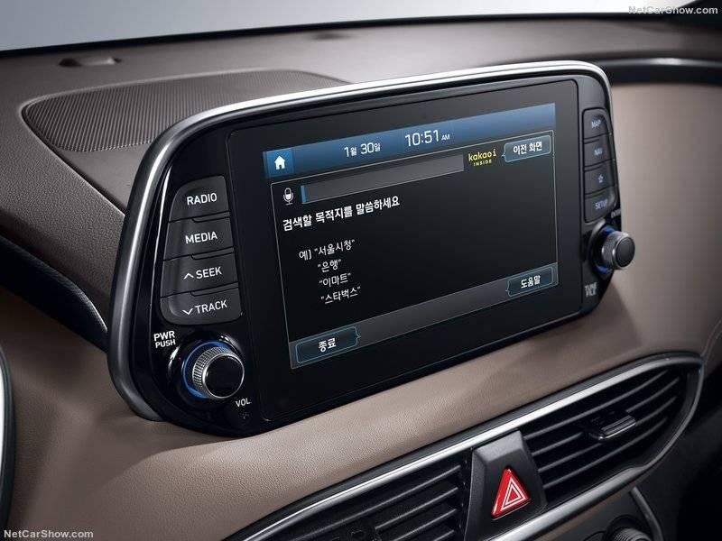 Отделка базового уровня включает стандартный 7-дюймовый экран, также оснащенный Android Auto и Apple CarPlay.
