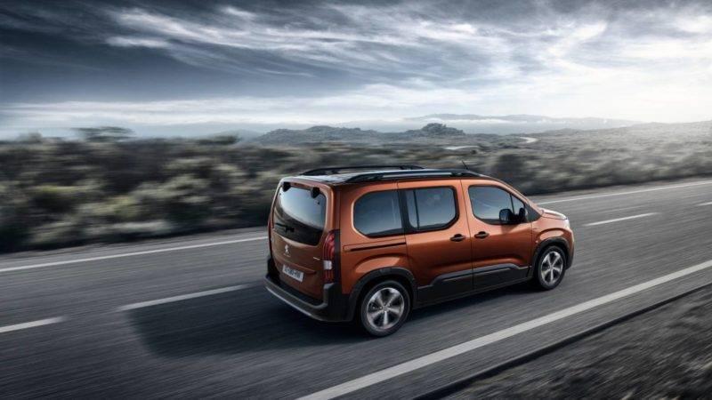 Обновленная задняя дверь скрывает большой багажник, оптика задних фонарей выполнена в стиле Peugeot, бампер приподнят для защиты лакокрасочного покрытия транспортного средства.