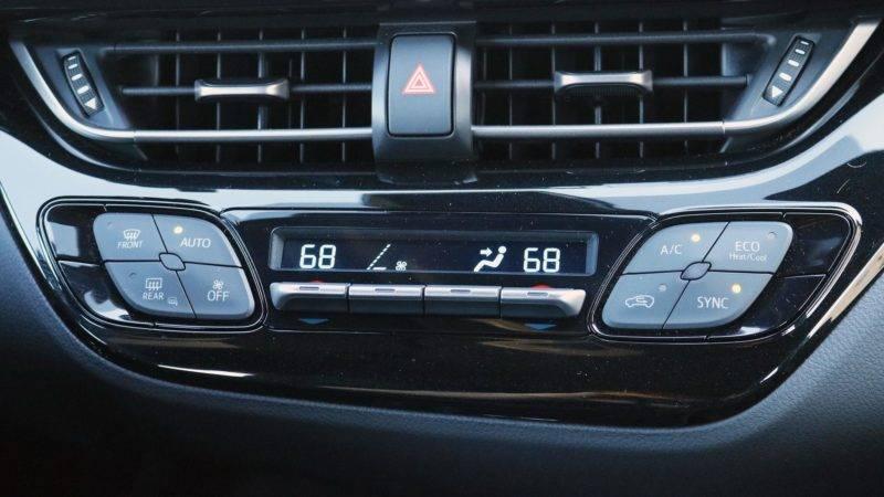 Панель управления немного развернута к водителю и покоряет продуманным современным и просто приятным глазу дизайном.