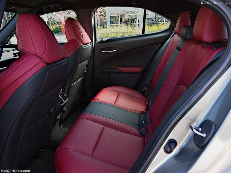 Посадка и выход из авто, по заверению создателей, стали проще и удобнее за счет оптимального размещения сидений и их эргономичной формы.
