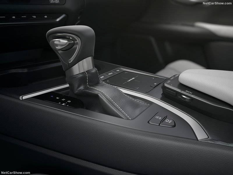 Новый 2,0-литровый двигатель, представленный в UX 200, комплектуется первым вариатором прямого переключения от Lexus, спроектированному для обеспечения плавной и экономичной работы трансмиссии.