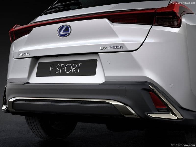 Задний бампер также выполнен в оригинальном стиле с хромированными бликами, что должно воплощать образ безопасного спортивного автомобиля.
