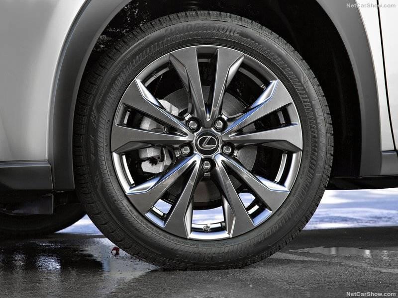 Алюминиевые колеса Lexus UX имеют первый в мире аэродинамический дизайн, который помогает охлаждать тормоза и уменьшает сопротивление ветру.