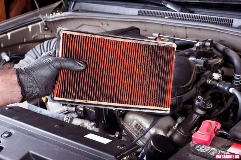 Воздушный фильтр – это плотно прилегающая к пластмассовому или металлическому коробу рамка с фильтрующим материалом, который для увеличения площади улавливающей поверхности сложена гармошкой.