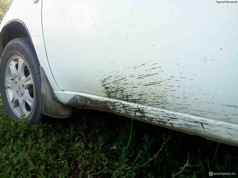 Сразу после мытья нужно осмотреть автомобиль на предмет присутствия битумных пятен. Если они есть, тогда их нужно удалить специальным средством, которое предназначено для этих целей.
