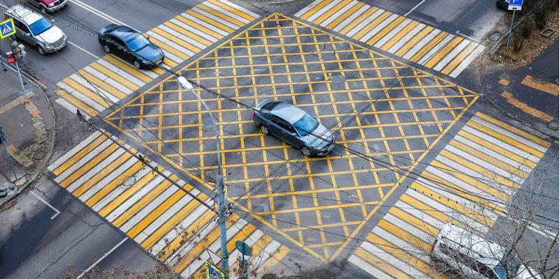 """""""Вафельная разметка"""" Обозначается в виде жёлтой сетки, вписанной в многоугольник."""