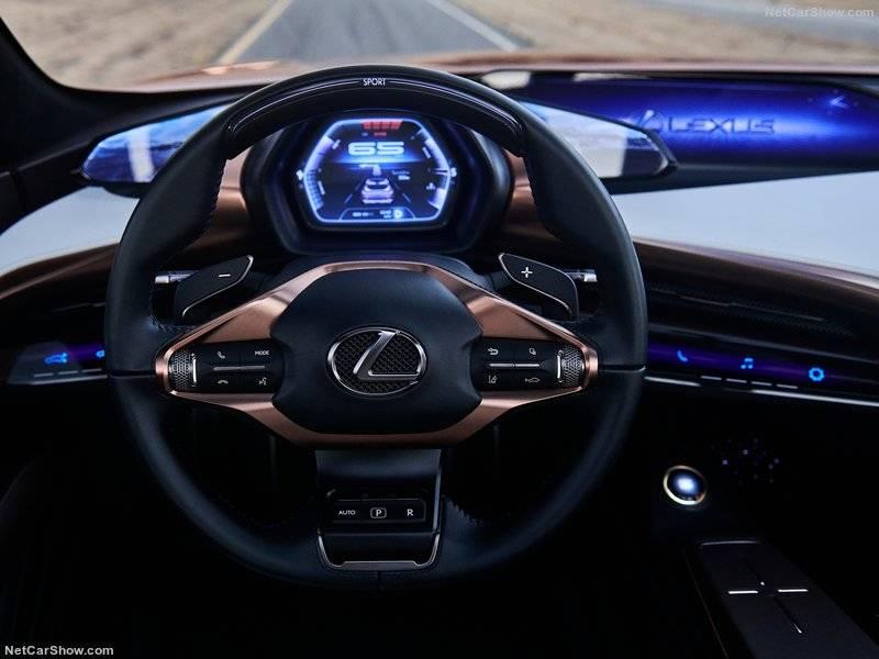 Отдельно стоит отметить освещение. Нажатием на кнопку «Start» включается амбиентнаяподсветка, цвет которой зависит от задействованного режима вождения.
