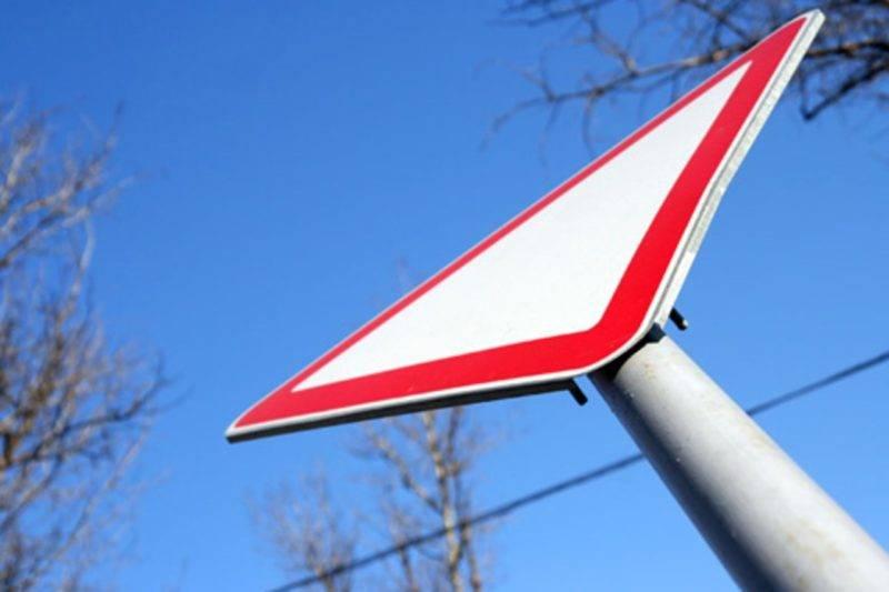 Указатель извещает автомобилистов о необходимости пропустить все автомобили и только потом продолжить безопасное движение.