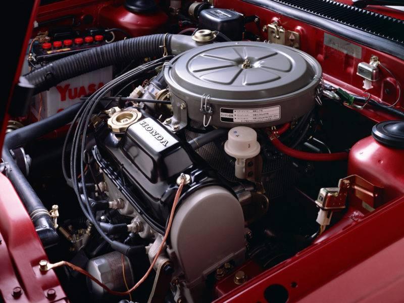 Карбюраторный двигатель отличается тем, что карбюратор создает воздушную смесь, подача которой в двигатель осуществляется за счет разности давлений между атмосферой и впускным клапаном.