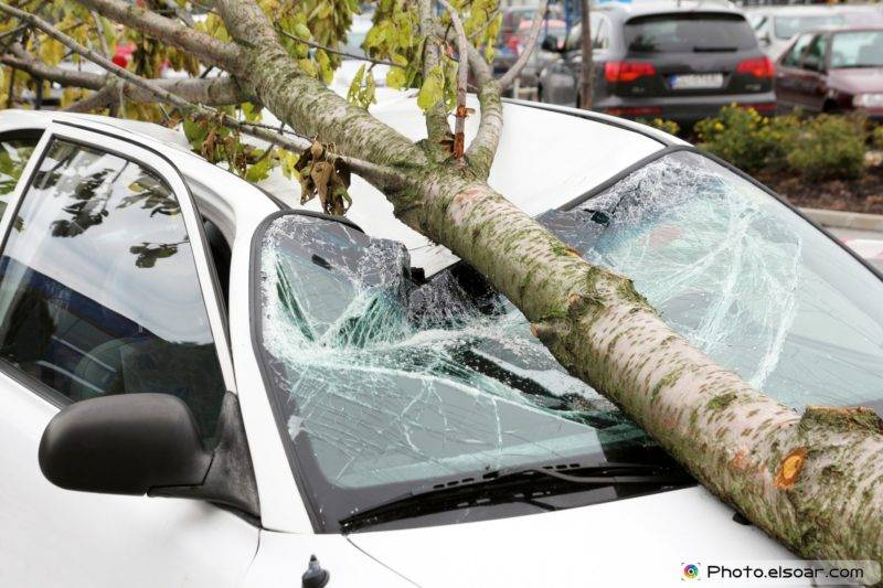 Если ваш автомобиль застрахован по КАСКО, то вместе с вызовом ГИБДД необходимо позвонить в страховую компанию, сообщив о происшествии.