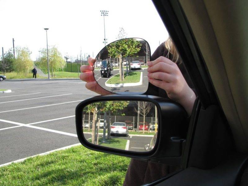 Входе перемещениязадним ходом следует наблюдать за происходящим во всех зеркалах заднего вида, постоянно переводя взгляд от одного к другому.