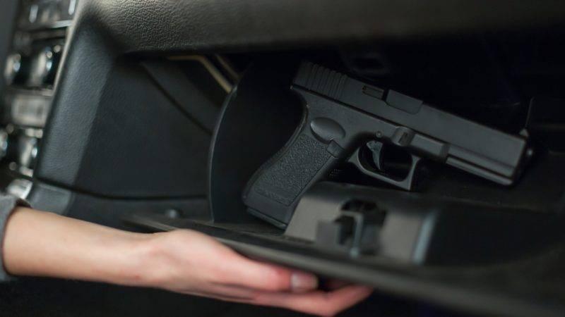 Частное лицо может транспортировать не более пяти единиц оружия и не более 1000 патронов на человека. Если необходимо перевезти больший объем, документы будут оформлять как на юридическое лицо.