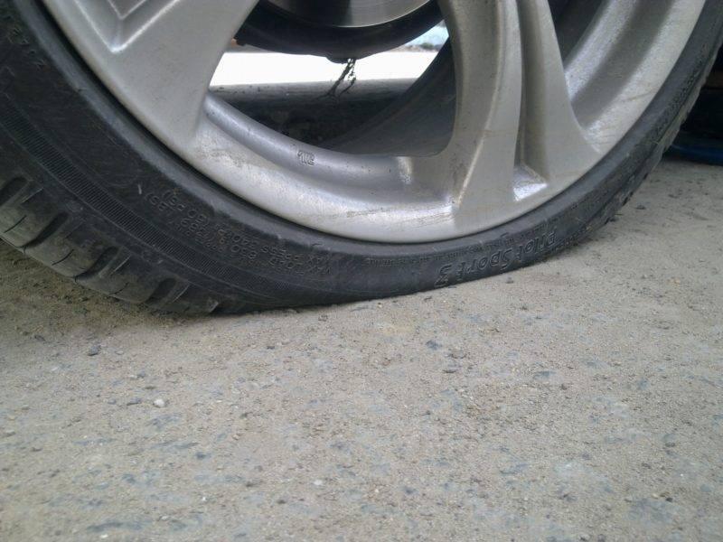 При плавном спуске колес автомобилист не сразу замечает этого. Только когда колесо спустило очень заметно, водитель чувствует разницу между нормальной резиной и спустившейся.