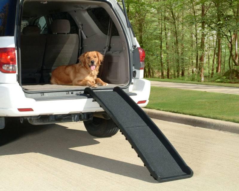 Пандус для собак состоит из лёгкого, но прочного пластика. Сама конструкция легко складывается и занимает мало пространства в машине.