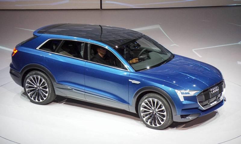 E-tron - полноприводный SUV премиум класса с электрической силовой установкой, предназначенный для езды по городу и пересечённой местности.
