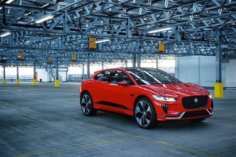 Практически все в курсе того, что кроссовер Jaguar I-Pace - один из первых электрических SUV-ов, который к тому же будет доступен в России.