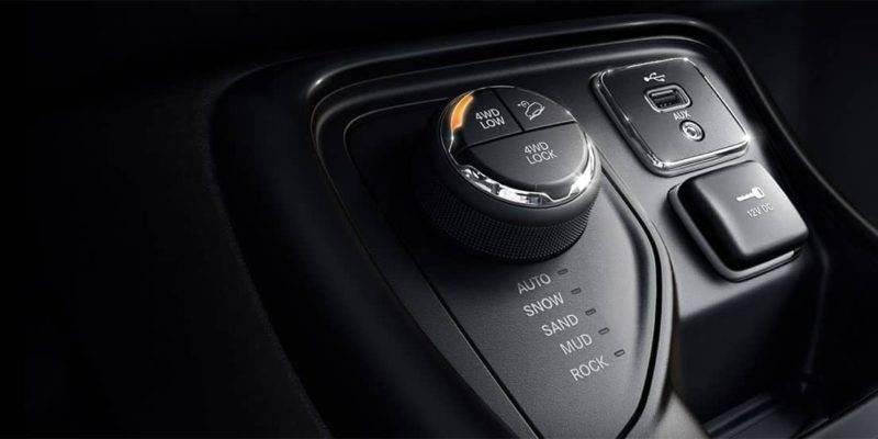 Водитель может выбрать один из 5 режимов, которые часто встречаются на современных внедорожниках – снег, грязь, песок, камни, а также режим «авто» на одной из версий новинки.