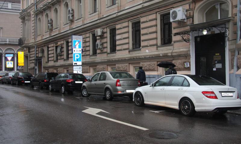 С недавних пор парковка в столице стоит на разных улицах по-разному.