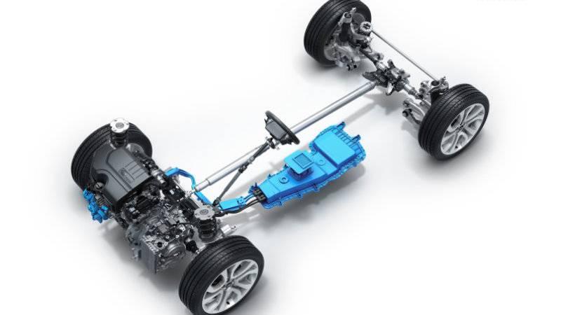На старте продаж будет доступна версия с напольным аккумулятором и бензиновым мотором с турбонаддувом на 2 литра.