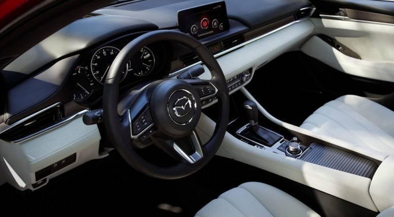 В салоне Mazda 6 2018 года - новые сиденья, другая передняя панель и возможность выбрать цифровую приборную панель.