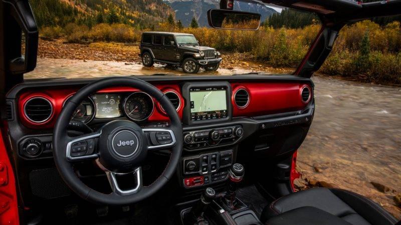 На рулевом колесе, обтянутом кожей, расположены кнопки управления медиасистемой.