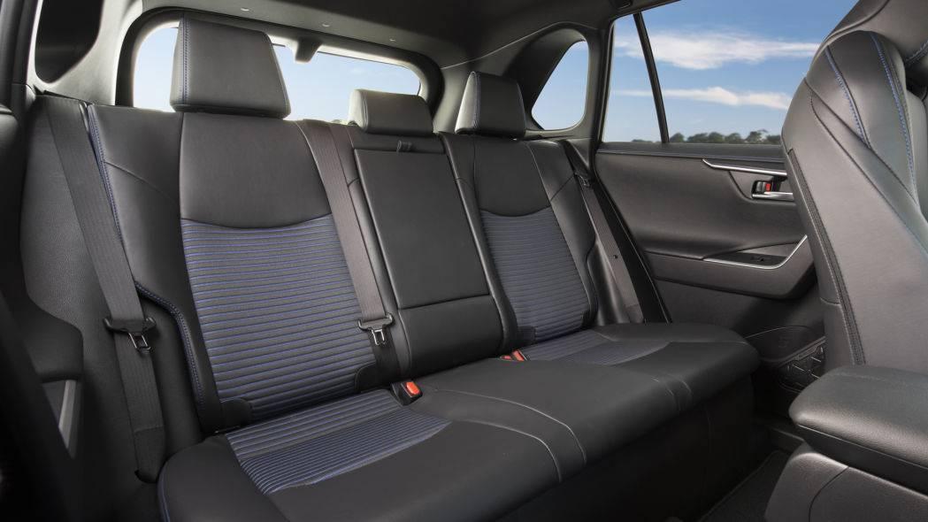 РАВ4 - небольшой кроссовер, так что на заднем сиденье для троих может быть мало места.