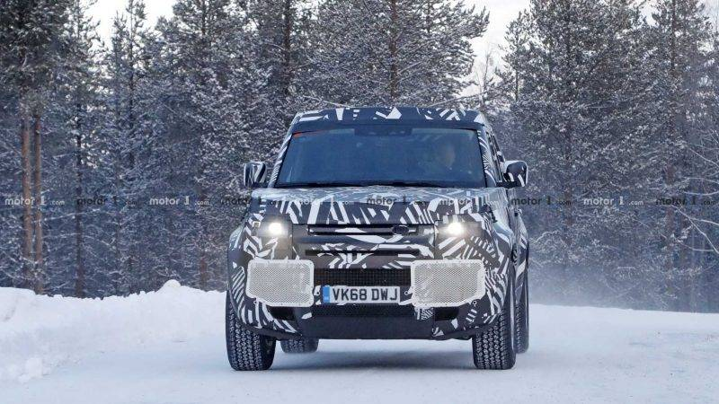 Land Rover Defender 2020 года.