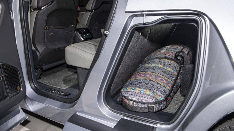 Можно загрузить туда пару сноубордов или просто дополнительное оборудование, если место в кузове уже занято чем-то другим.