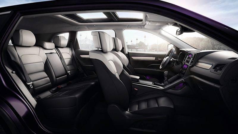 Интерьер нового Колеос с элементами фиолетовой подсветки.