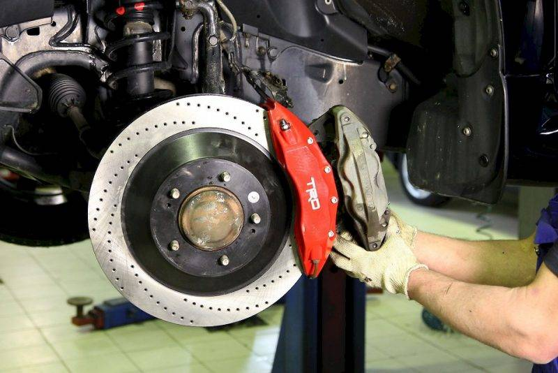 Тормозная система авто всегда работает в самых экстремальных условиях. За счет трения колодок, дисков и барабана температура в ней может достигать нескольких сотен градусов.