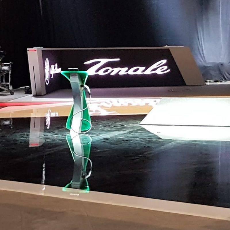 Стенд Alfa Romeo красуется нарядной вывеской Tonale.