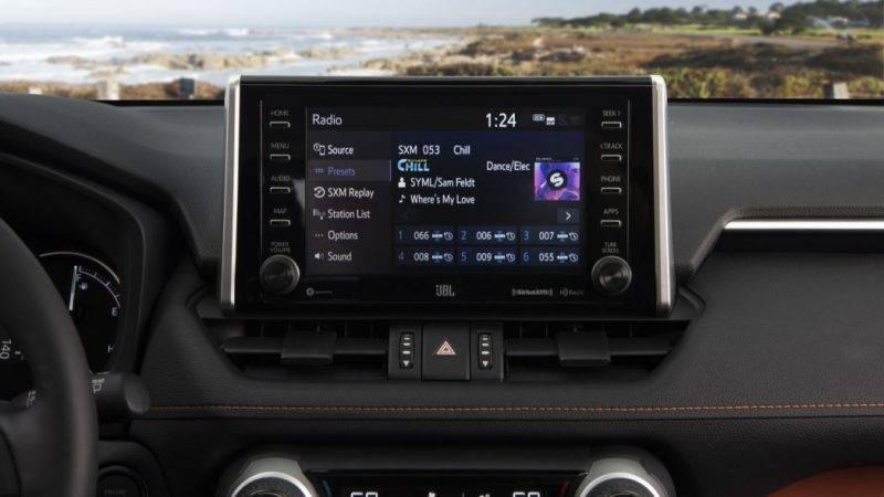 Экран мультимедиа RAV4.