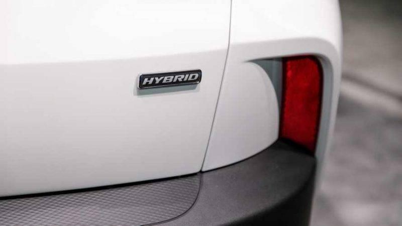 Идентифицировать внешне гибрид и Plug-In Hybrid можно разве что по значкам и колесам.